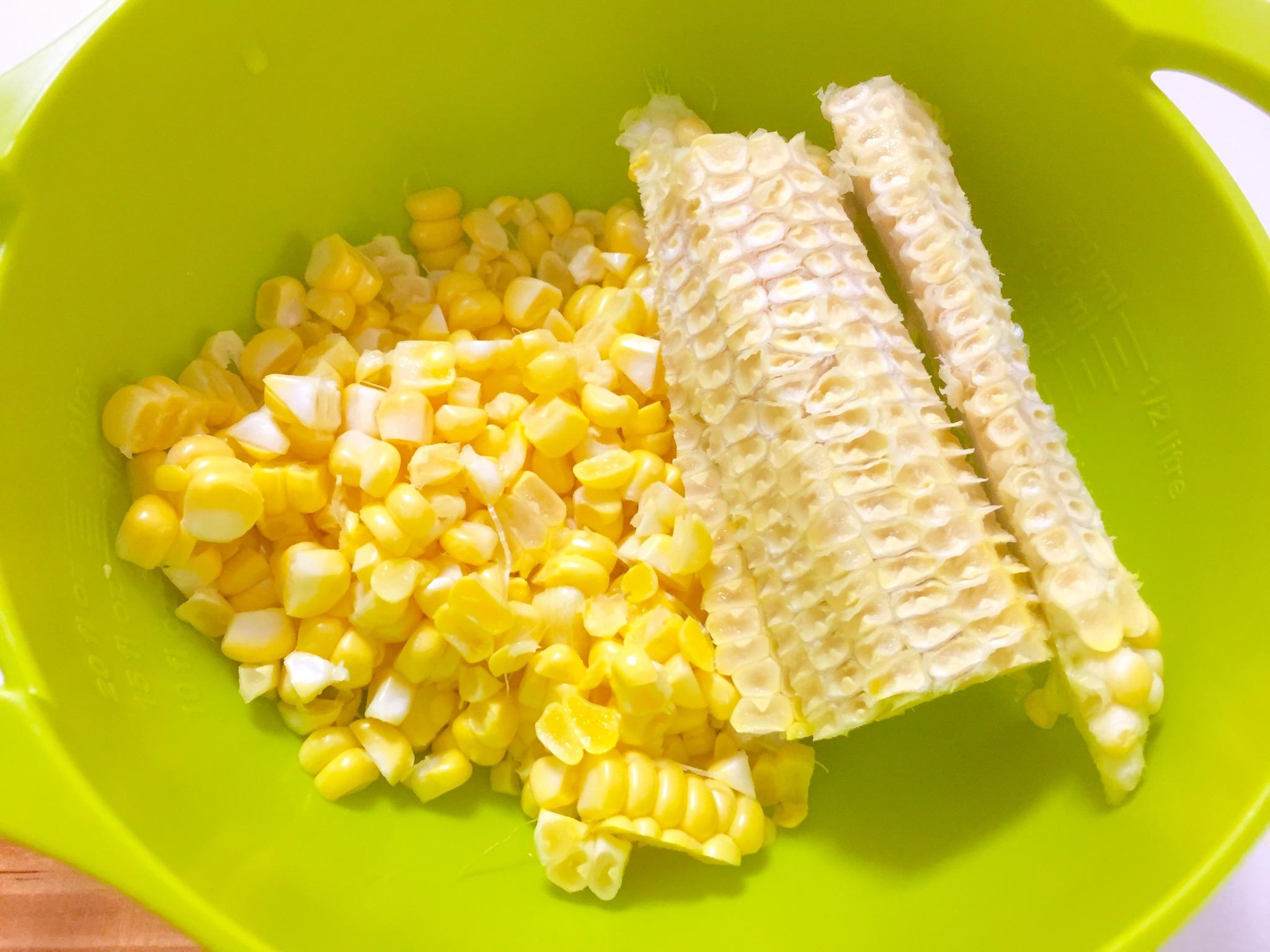トウモロコシは、皮をむき洗い、芯から実を削ぎほぐしておきます。