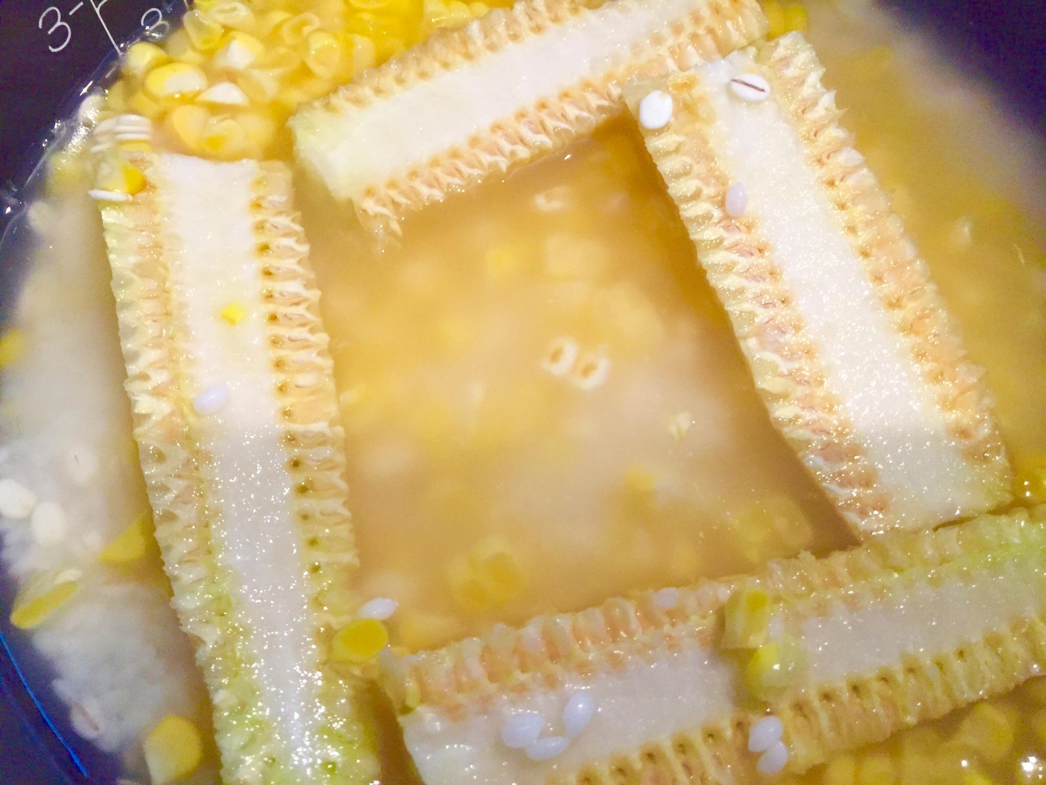 炊飯器に、お米、トウモロコシ、塩こうじを入れてよく混ぜ、トウモロコシの芯を置き炊飯スタート。