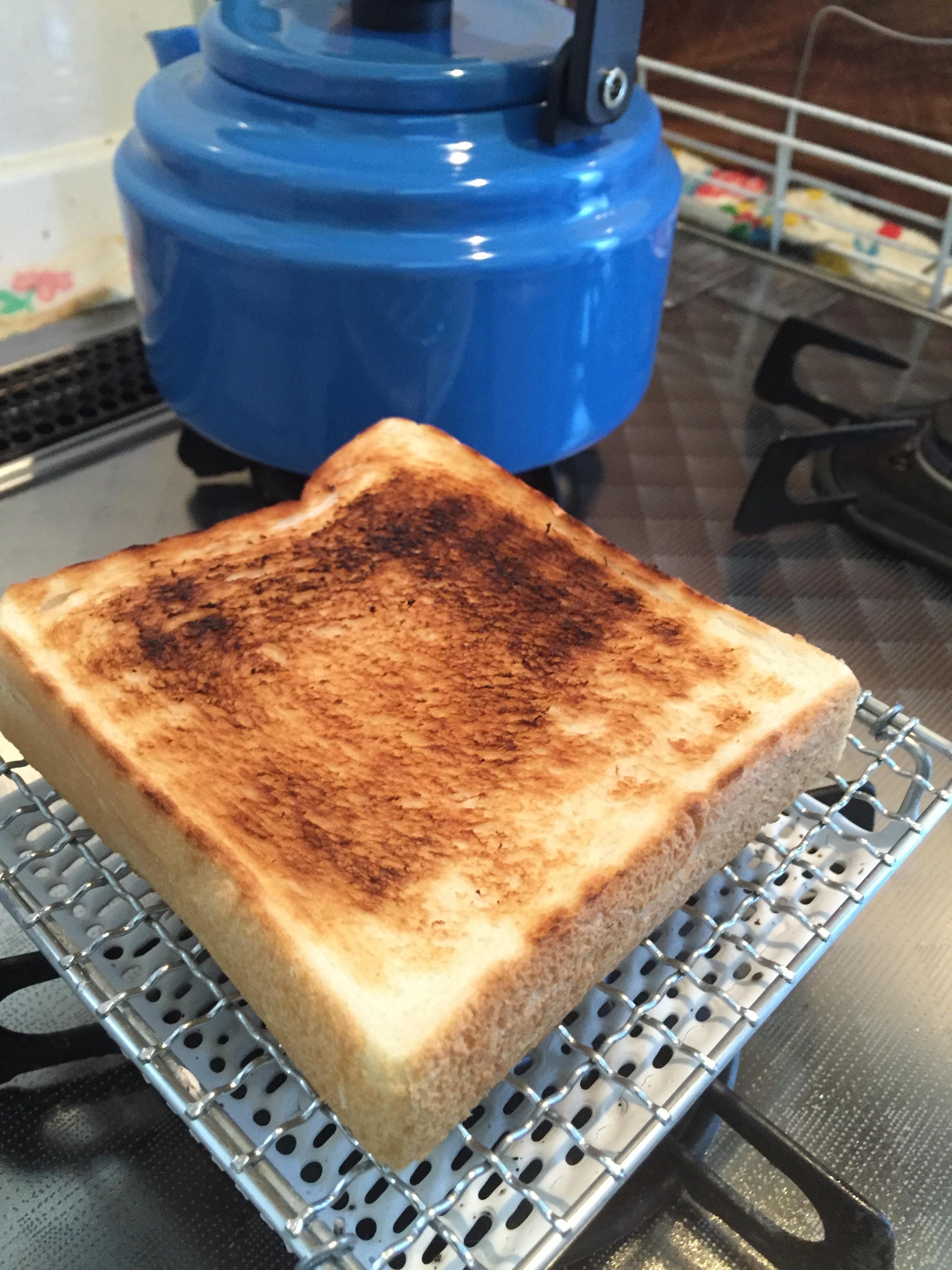 青いケトルとパン