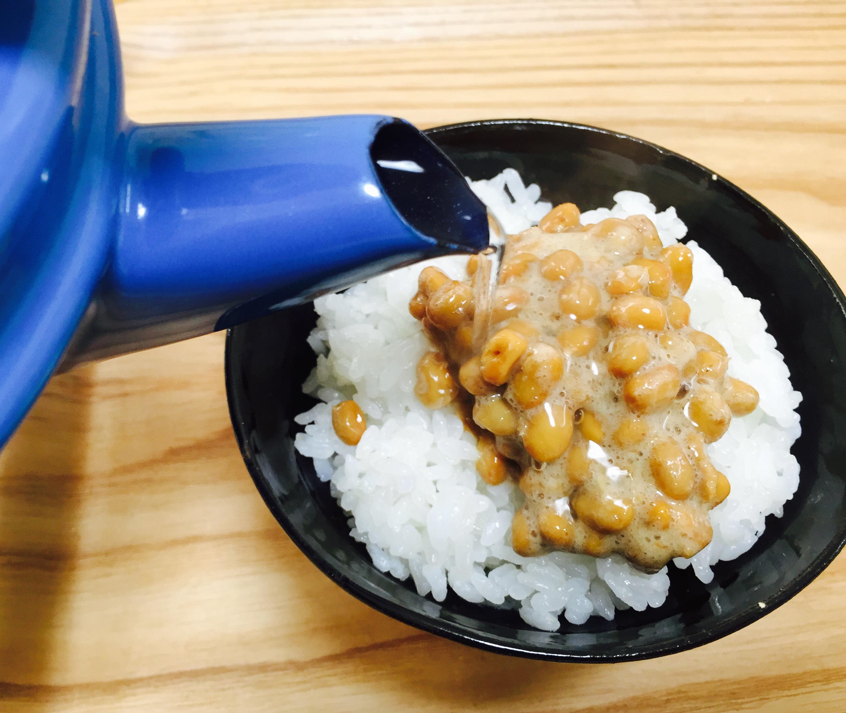 納豆をご飯に乗せお湯をかける