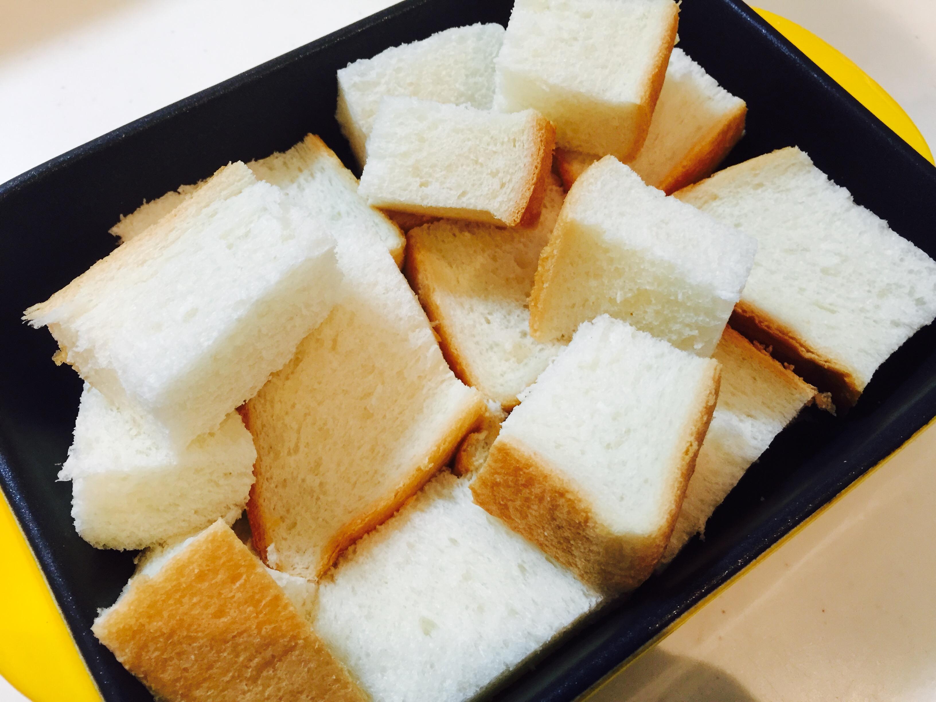 パンを一口大に切る