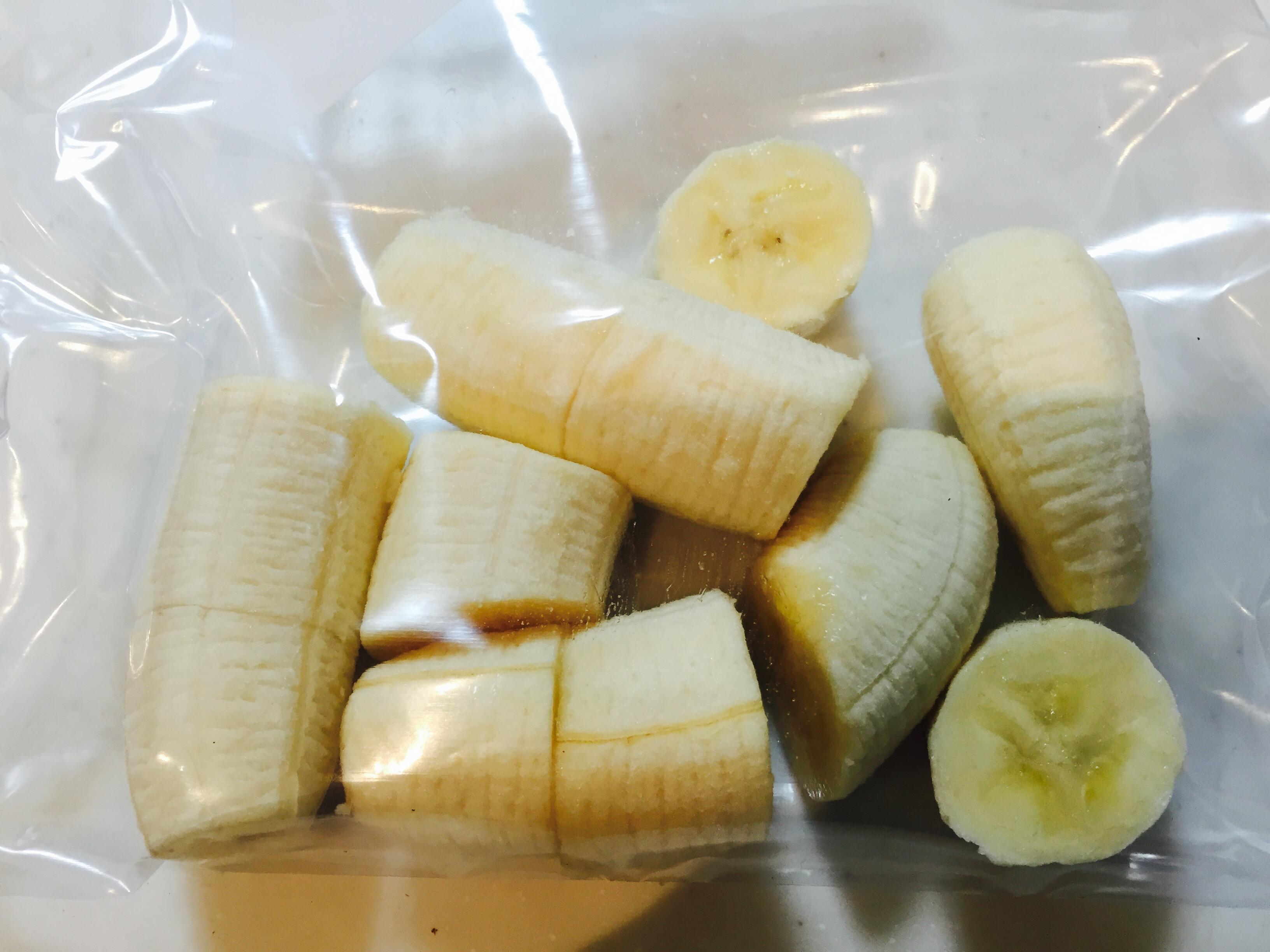 シップロックにカットしたバナナを入れる