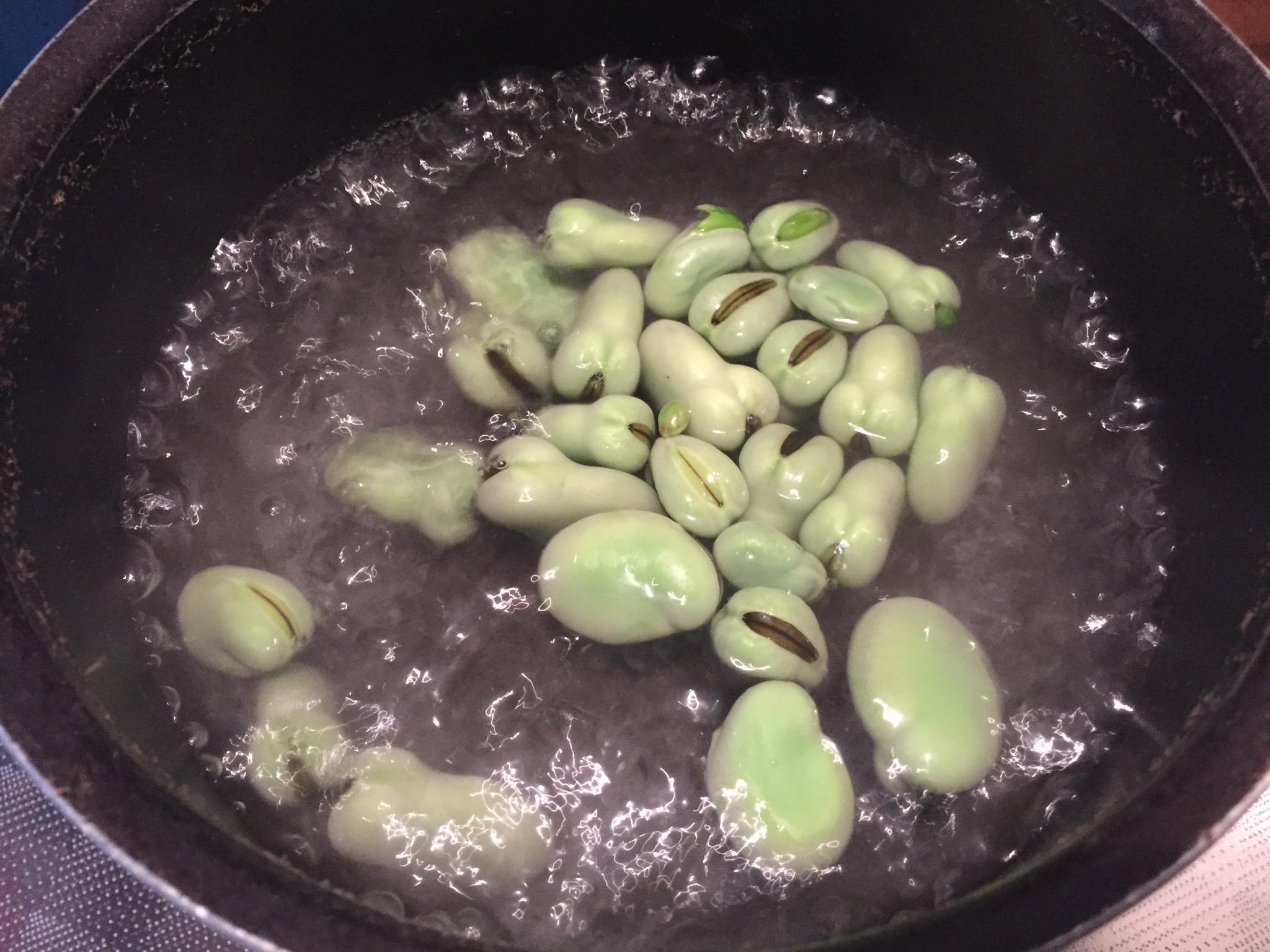 そら豆をゆでる