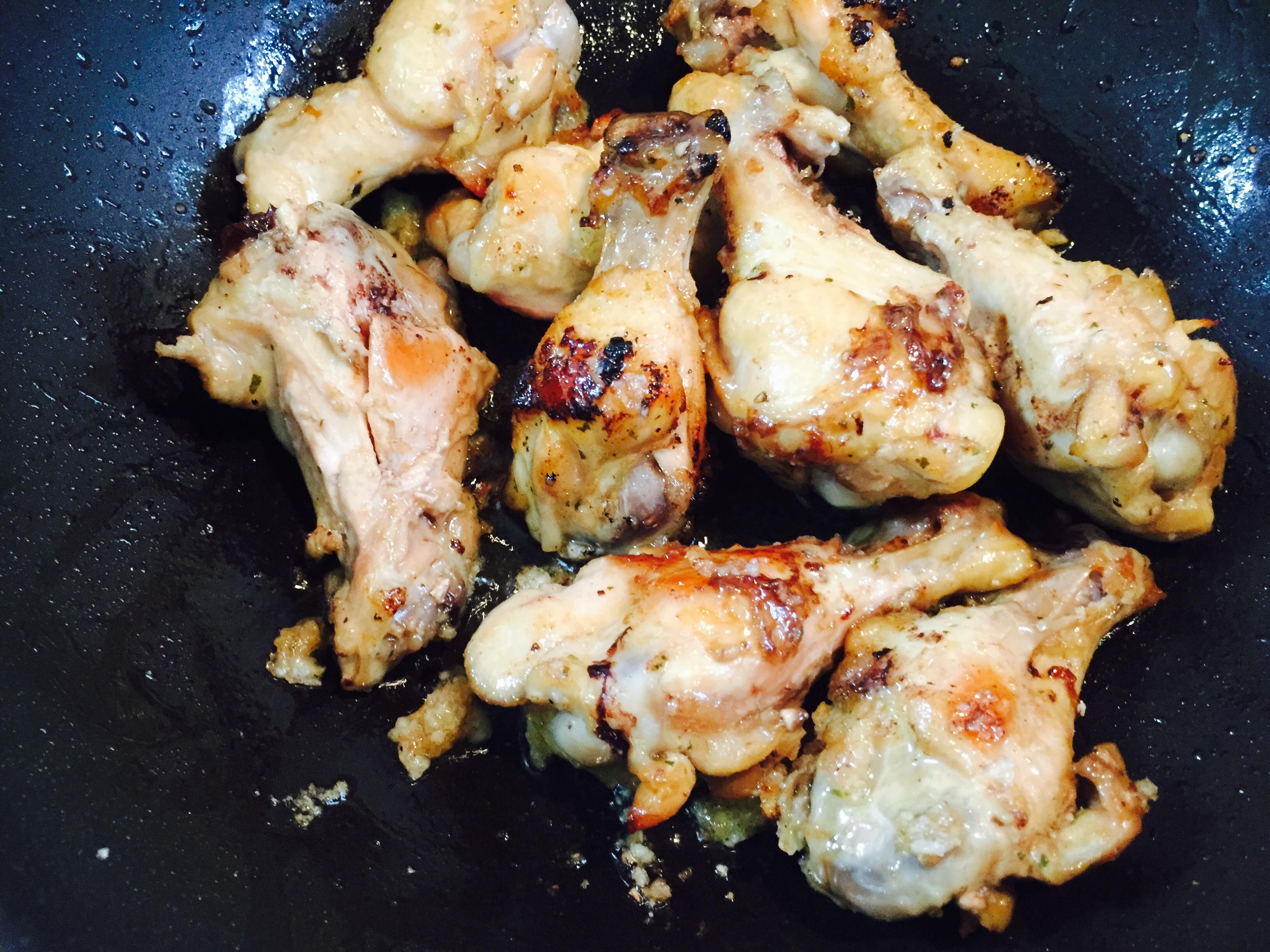 鶏肉をフライパンで炒める