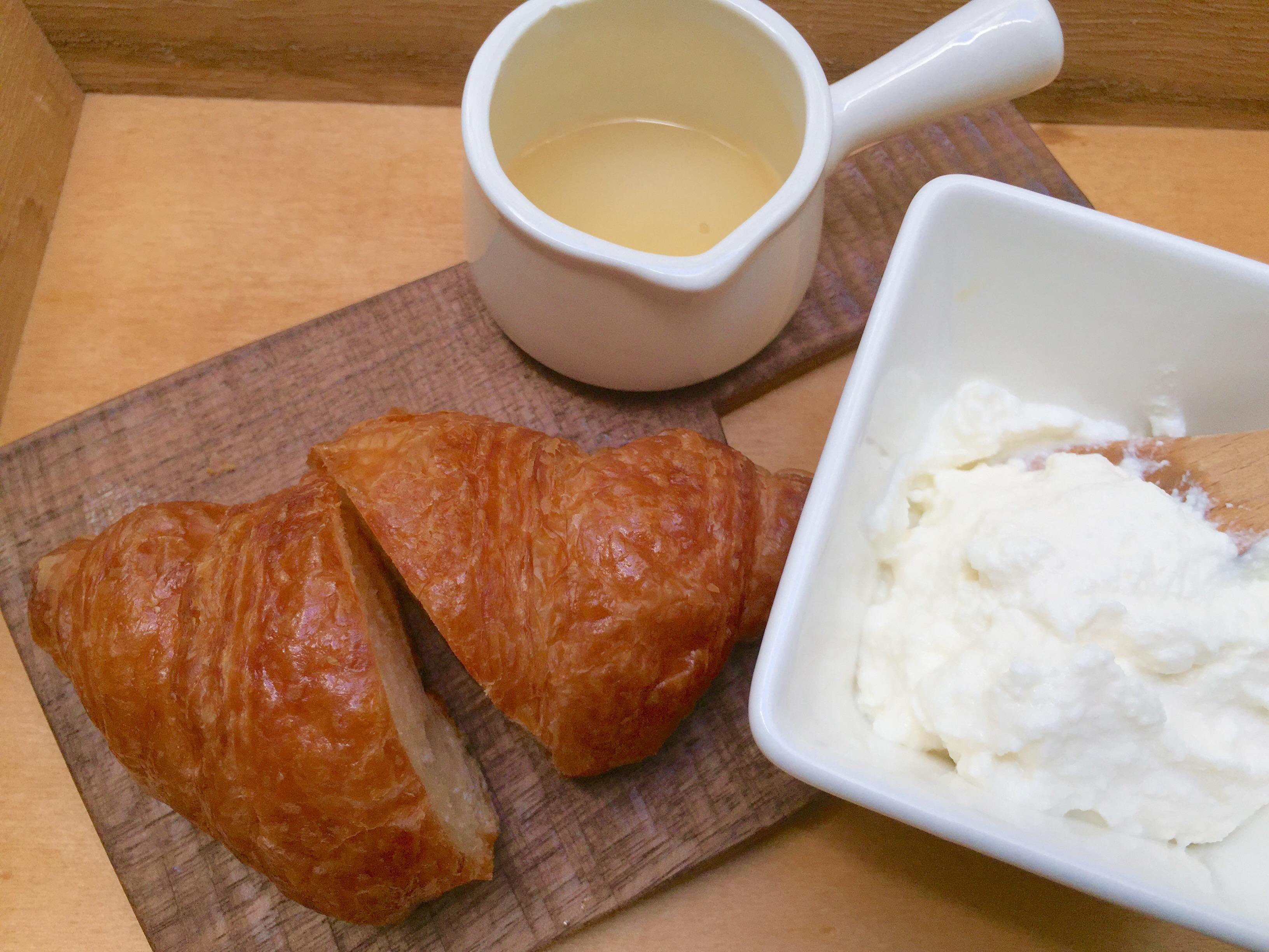 クロワッサンとリコッタチーズ
