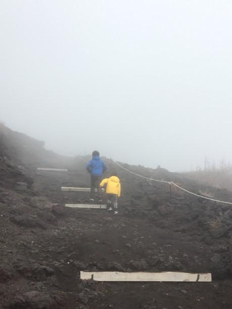富士山に登るせんちゃん、そうちゃん