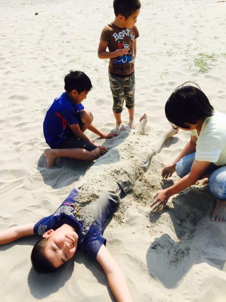 砂に埋められるそうちゃん