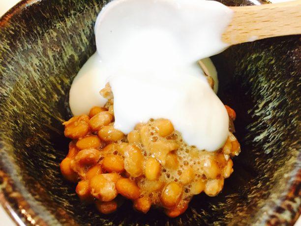 納豆にヨーグルトをかける
