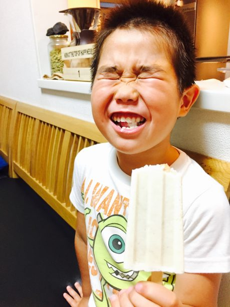 アイスを食べるせんちゃん