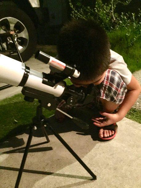 望遠鏡をのぞくせんちゃん