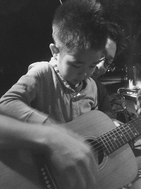 ギターを弾くそうちゃん