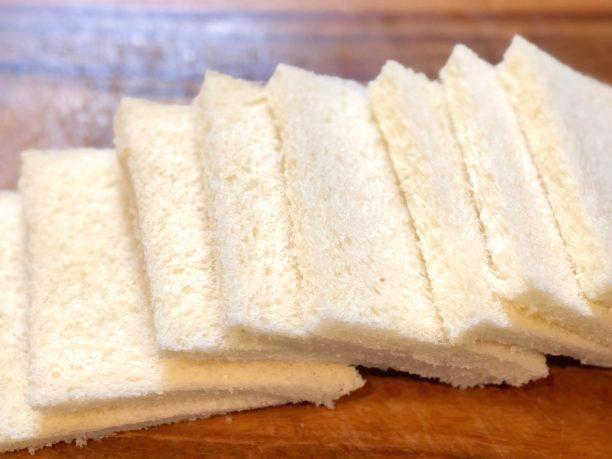 食パンの耳を切る