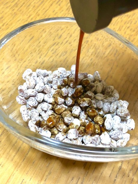 干し納豆に醤油をかける