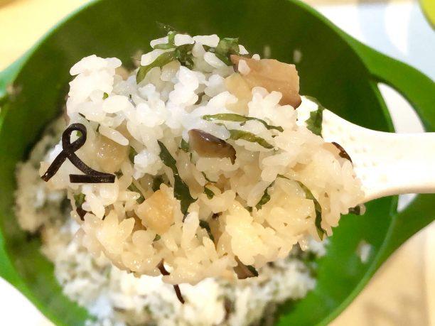 ご飯と塩昆布を入れる