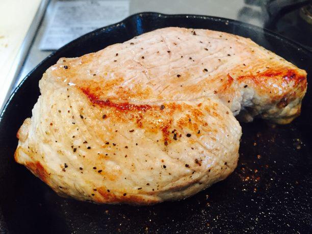 強火のフライパンで豚肉全体に焼き目をつけます(旨味を閉じ込めます)