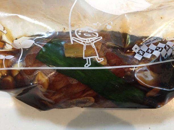 保存袋に、②の豚肩ロースかたまり肉、④の漬け汁を入れて空気を抜きます