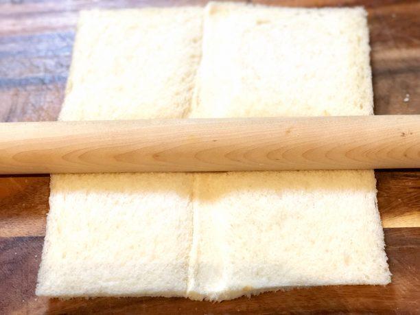食パンの耳を切り落とし、4枚は対角線で切り三角を作り、残りの4枚はめん棒で押さえながらつなぎ合わせ、四角を作ります。