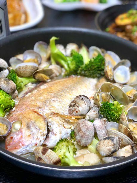 煮汁を鯛に掛けながら鯛の表面にも味を馴染ませて出来上がり。