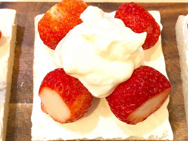 苺とヨーグルトクリームを乗せる