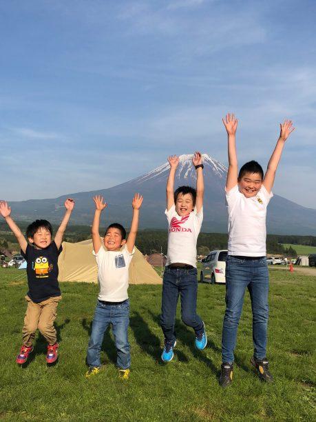 4人で富士山をバックに