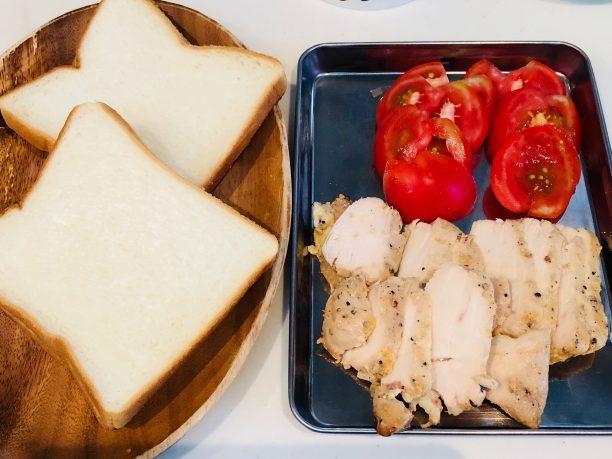 食パン、三河赤鶏サラダチキン黒胡椒、トマト