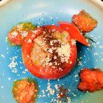 【レシピ:納豆】「トマトのオクラ納豆詰め」ジューシーなトマトで後味スッキリ(*゚▽゚*)味に変化をつけて、これまた面白い(≧∇≦)