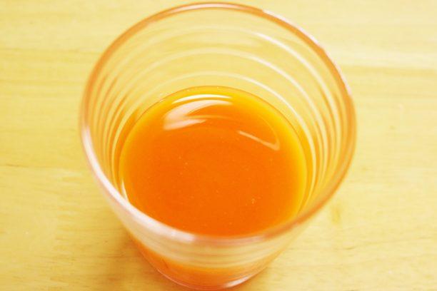 コップに注いだ飲む 植物乳酸菌