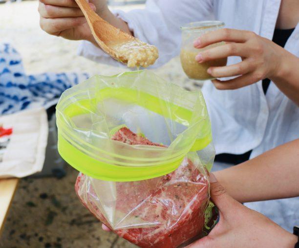 保存袋に入れた肉に塩麹を入れる