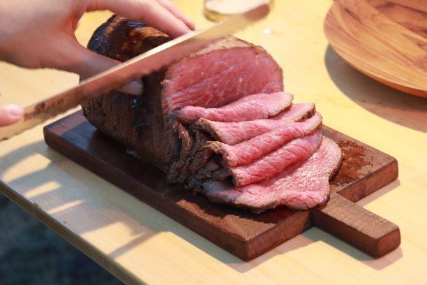 肉を切り分ける