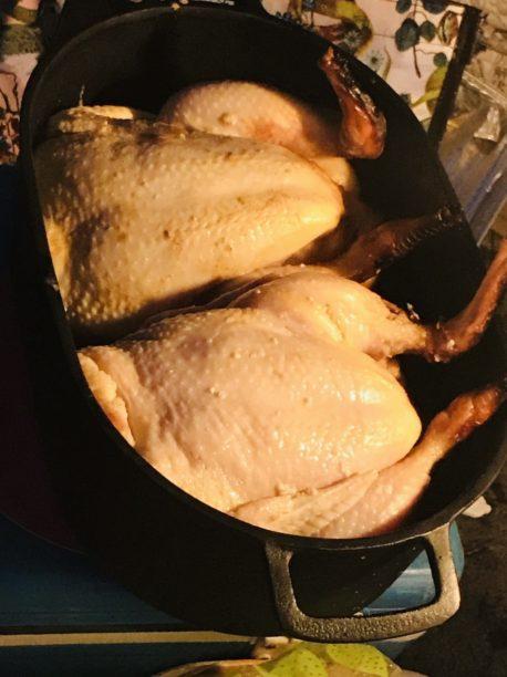 丸鶏をダッチオーブンに入れる