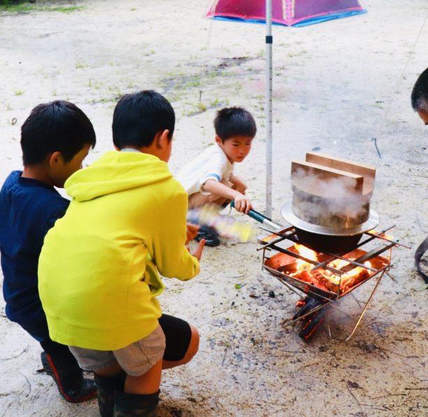 火の番をする子供達