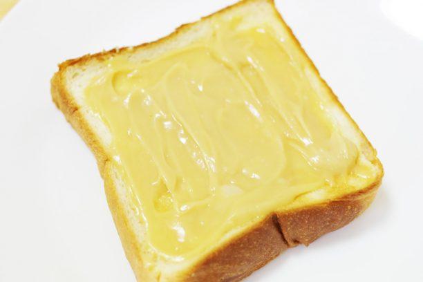 甘酒アーモンドペーストをパンに塗った