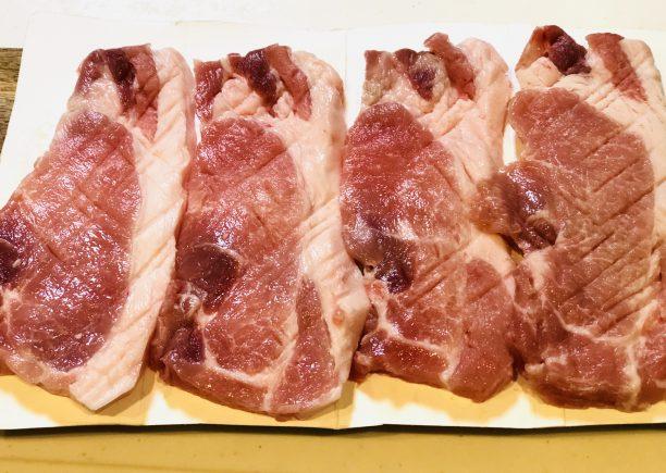 肉を包丁でたたく