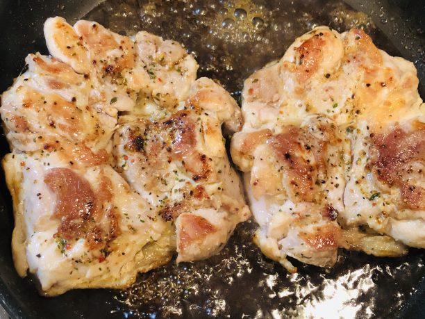 煮絡めている鶏肉
