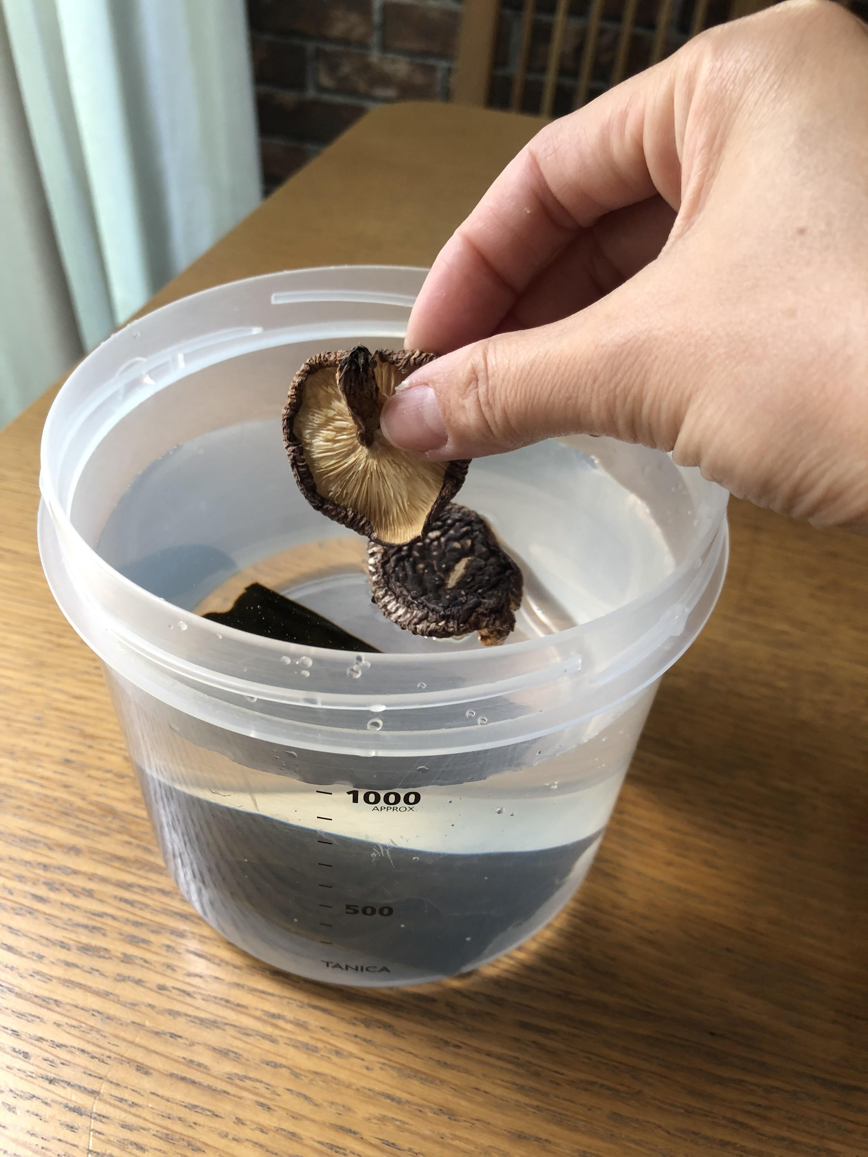 干し椎茸を入れる