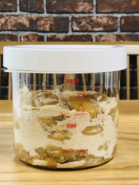 レモンと砂糖を交互に入れたガラス容器