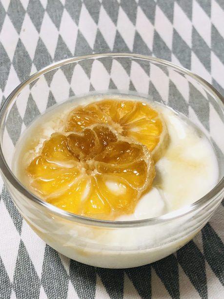 ヨーグルトにトッピングした発酵レモンシロップ