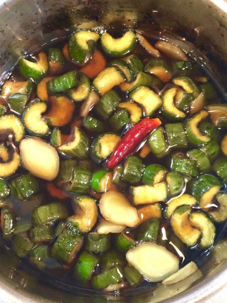 キュウリを入れ冷ましている煮汁