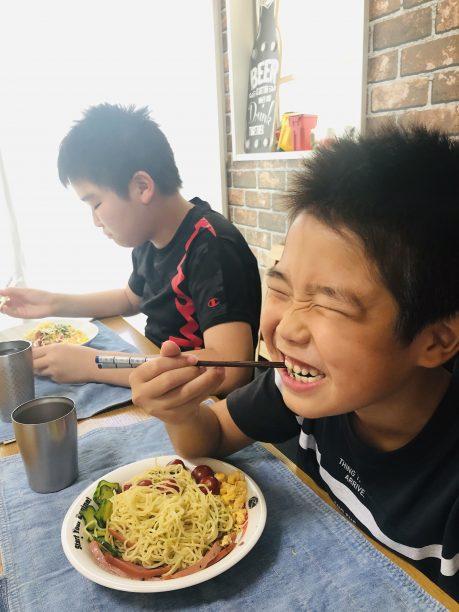 冷やし中華を食べるそうちゃんとせんちゃん