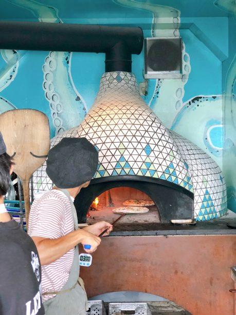 ピザ窯でピザを焼いているスタッフの方
