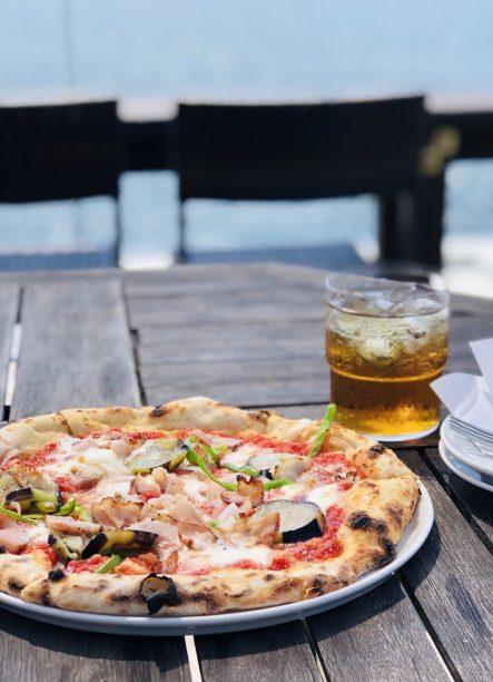 ベーコンと季節の野菜のピザ