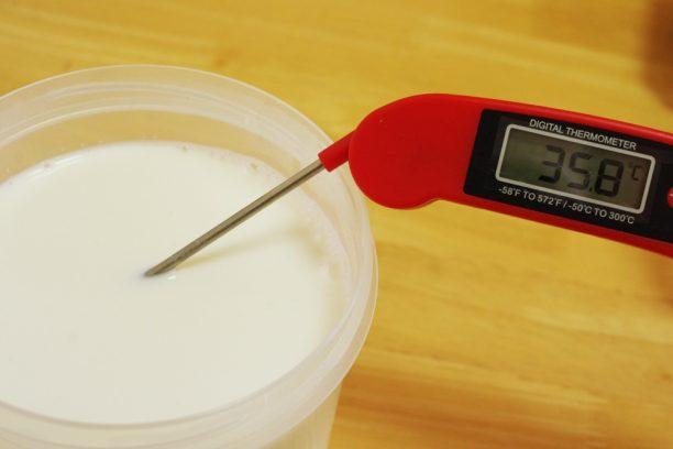 温度を測っている牛乳