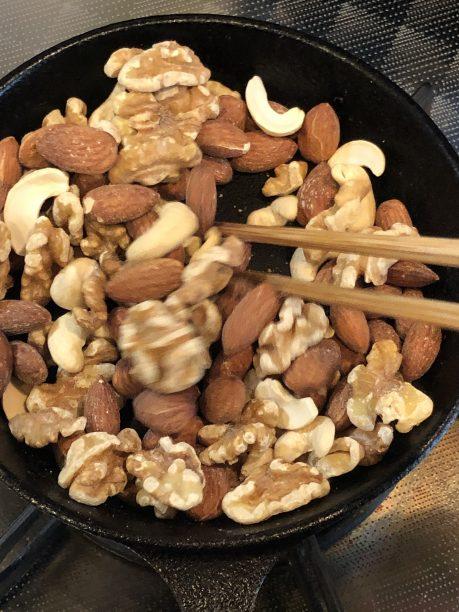 乾煎りしているミックスナッツ