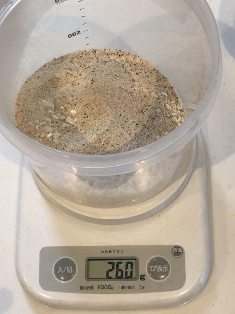 内容器の中に入れた米こうじとあごだし塩