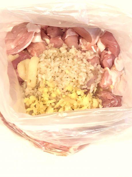 ポリ袋に入れた鶏もも肉、だし塩麹、刻みしょうが