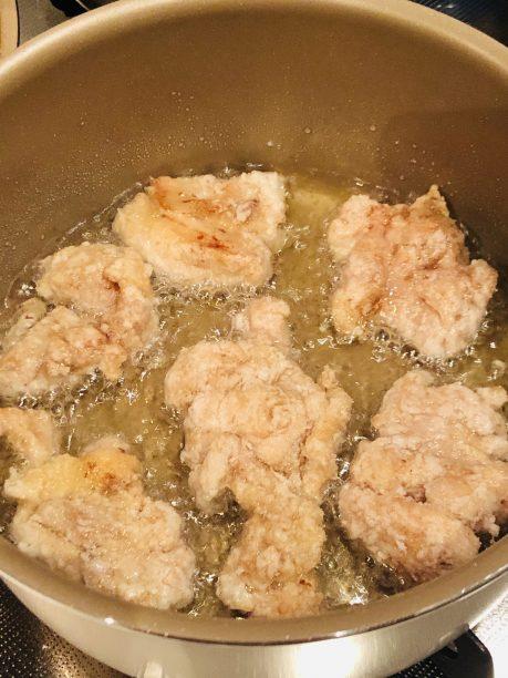 油で揚げている鶏もも肉