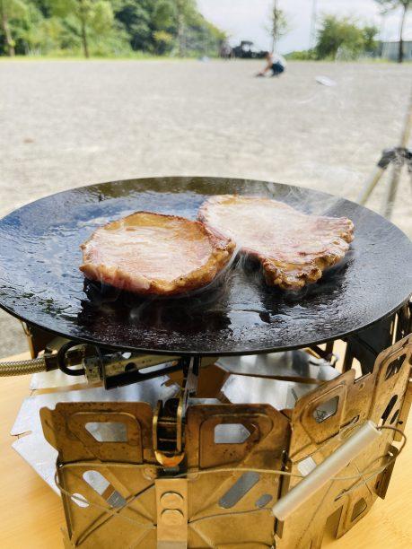 鉄板で焼くマキシマムを付けた牛タン