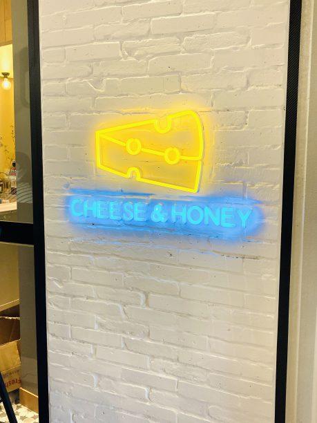 「CHEESE&HONEY」の看板