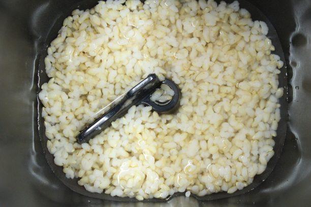 内釜に入れた玄米ご飯と水