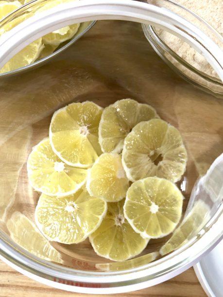 レモンを入れたガラス容器